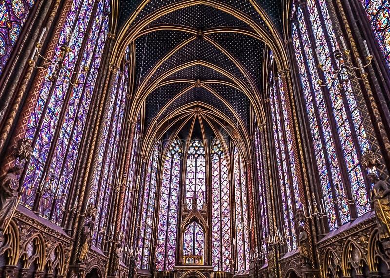 Paris Frankrike - Augusti 3,2019: Inre sikt av Sainten-Chapelle royaltyfri bild