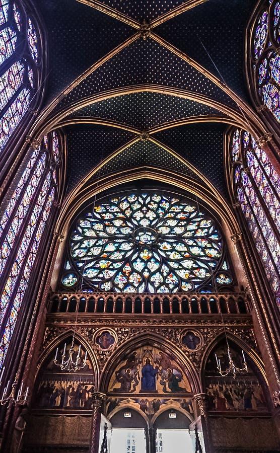 Paris Frankrike - Augusti 3,2019: Inre sikt av Sainten-Chapelle arkivbild