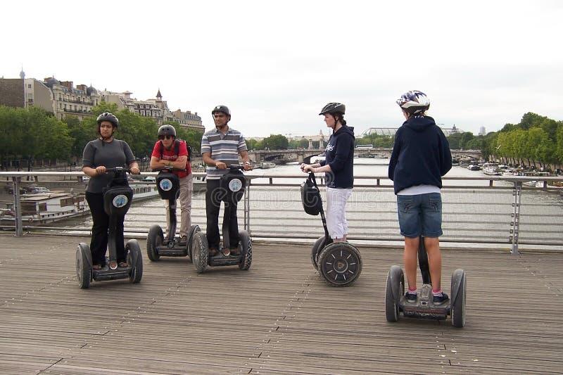 Paris Frankrike-Augusti 07, 2009: Turister av olika nationaliteter att undersöka sikten av Paris på Segways royaltyfri foto