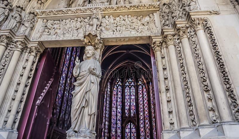 Paris Frankrike - Augusti 3,2019: Yttre sikt av Sainten-Chapelle arkivbild