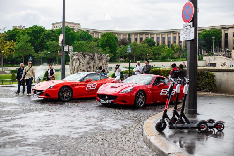 PARIS FRANKRIKE, avenydes-nationer Unies - MAJ 25, 2019: Ferrari som är uthyrnings- i paris Du kan rida en av den röda Ferrari so arkivbild