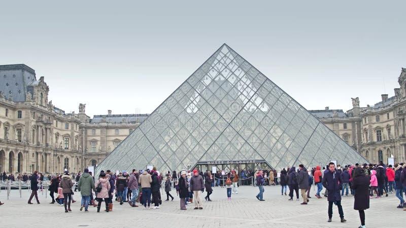 PARIS FRANKRIKE - DECEMBER, 1, 2017 Louvreingång på en molnig dag Berömt franskt museum och populärt touristic royaltyfri foto