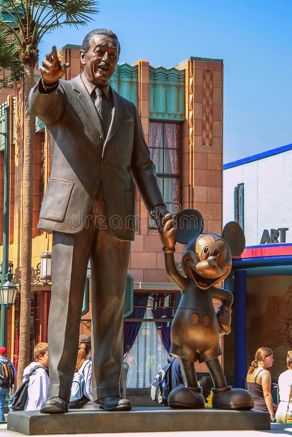 05 07 2008 Paris, Frankrike Gå runt om Disney land Skulpturer av Walt Disney och Mickey Mouse i parkerar arkivfoto