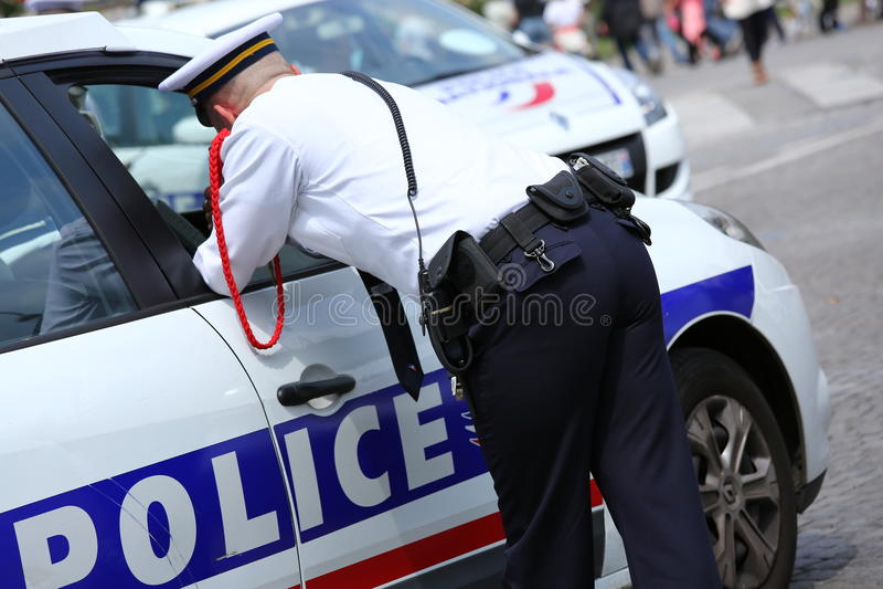 Paris Frankrike - juli 14, 2014: Fransk polis som tilldelas till bevakningen för att se till säkerheten av medborgarna under mede fotografering för bildbyråer