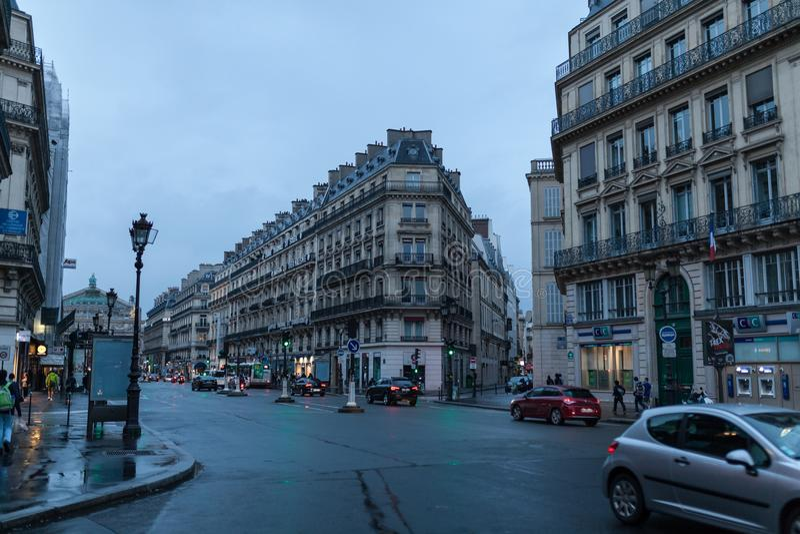 Paris Frankrike - Juni 01, 2018 Den Paris gatasikten med traditionella franska byggnadsfasader under sommaraftonsolen rays parisi arkivfoto