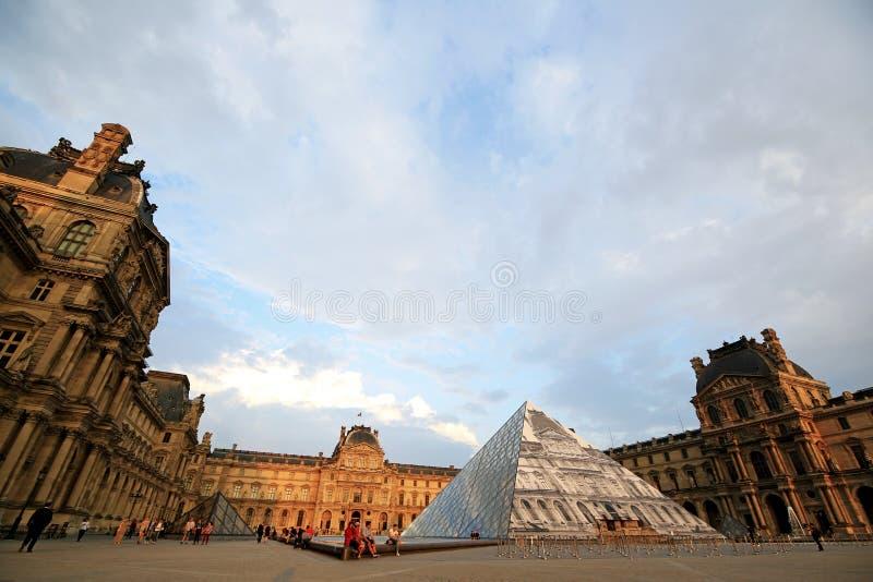 Paris Frankrike - Juni 7,2016: den huvudsakliga borggården av Louvre i solnedgång i Paris, Frankrike på Juni 7,2016 royaltyfria bilder