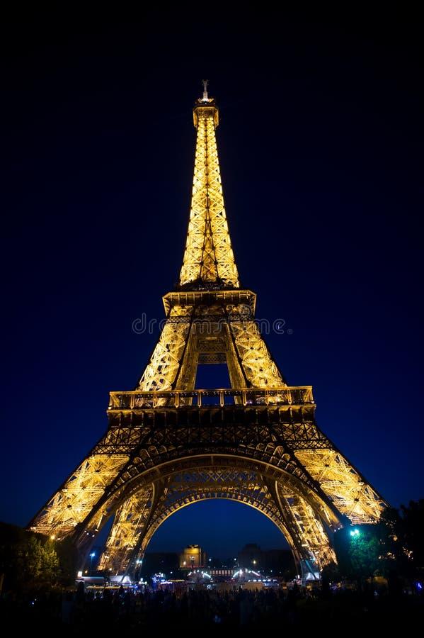Paris Frankrike - Juni 01, 2017: Eiffeltorn på natthimmel Torn med ljus belysning Arkitekturstruktur och designbegrepp arkivfoto