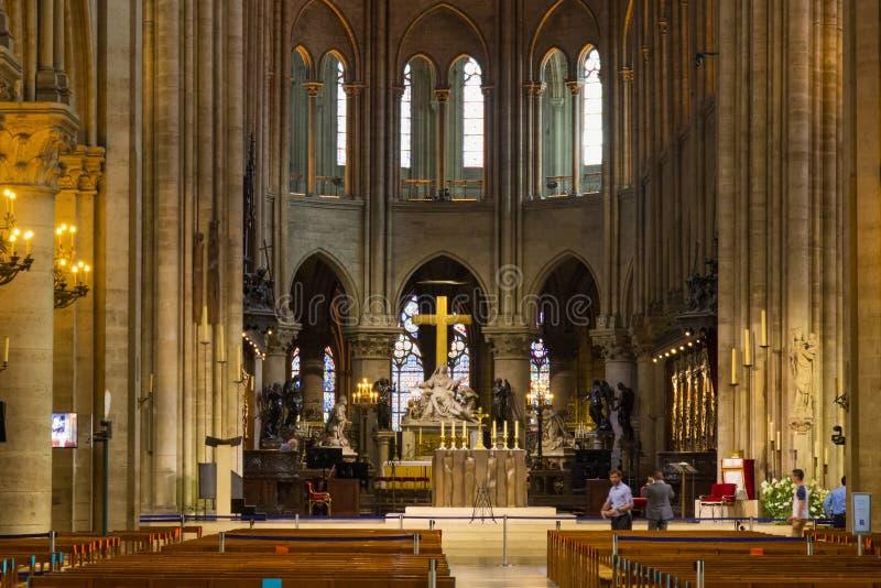 PARIS FRANKRIKE - JUNI 23, 2017: Inre av Notre-Dame de Pariskyrkan royaltyfria foton