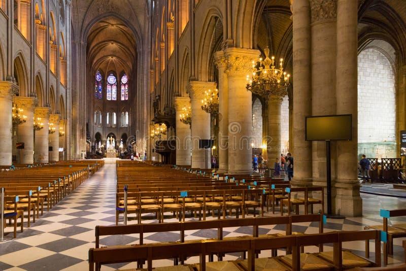 PARIS FRANKRIKE - JUNI 23, 2017: Inre av Notre-Dame de Pariskyrkan royaltyfria bilder