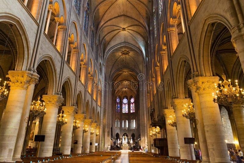 PARIS FRANKRIKE - JUNI 23, 2017: Inre av Notre-Dame de Pariskyrkan arkivbild