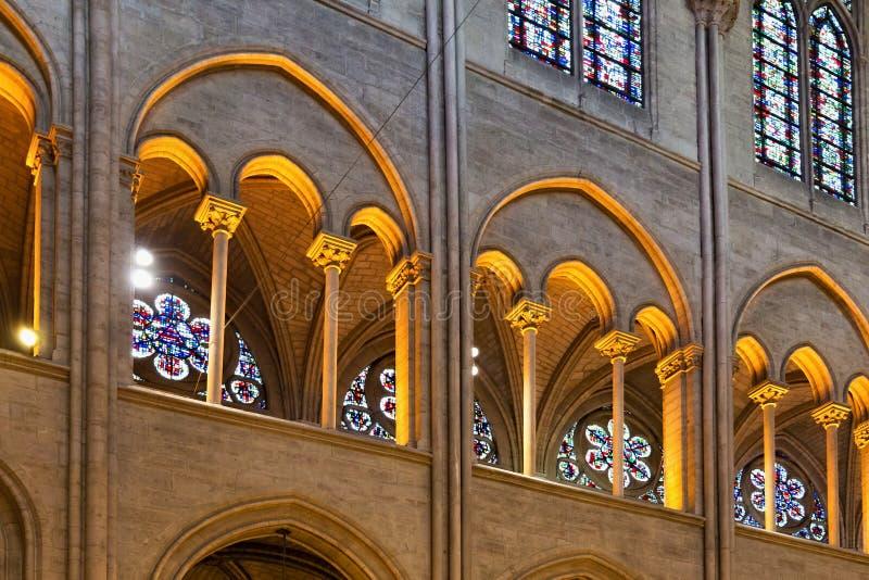 PARIS FRANKRIKE - JUNI 23, 2017: Inre av Notre-Dame de Pariskyrkan fotografering för bildbyråer