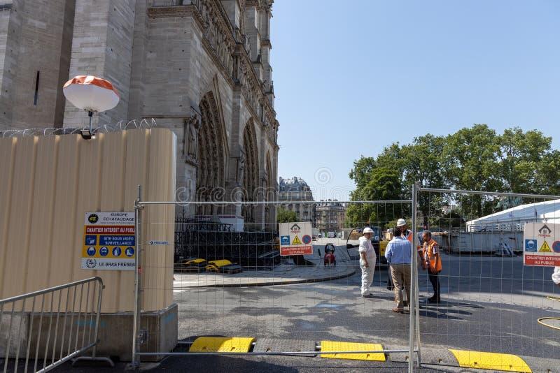 Paris FRANKRIKE - Juni 27, 2019: Konstruktion för Cath-draleNotre-Dame de Paris och renoveringombyggnadarbete som är pågående eft royaltyfri bild