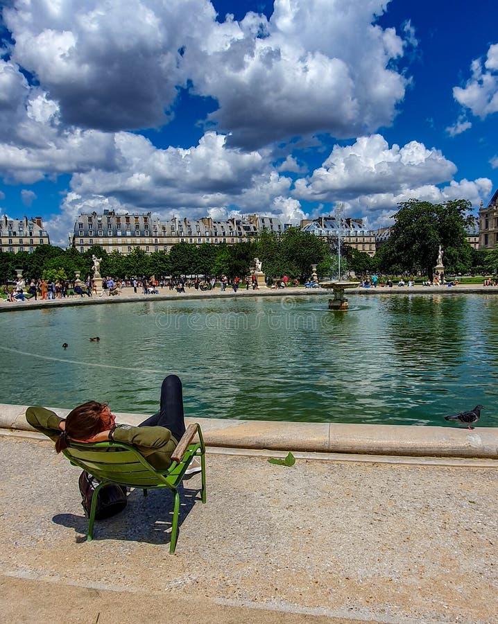 Paris Frankrike, Juni 2019: Koppla av i den Tuileries trädgården royaltyfri bild