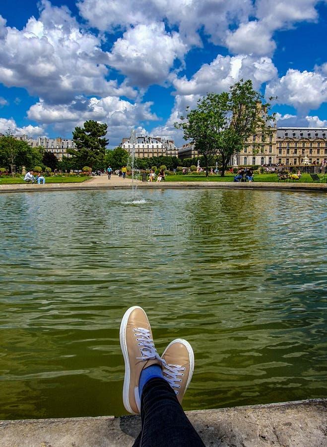Paris Frankrike, Juni 2019: Koppla av i den Tuileries trädgården arkivbild