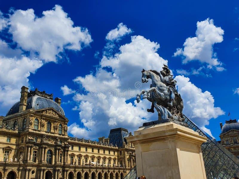 Paris Frankrike, Juni 2019: Louvremuseum- och Louis XIV staty fotografering för bildbyråer