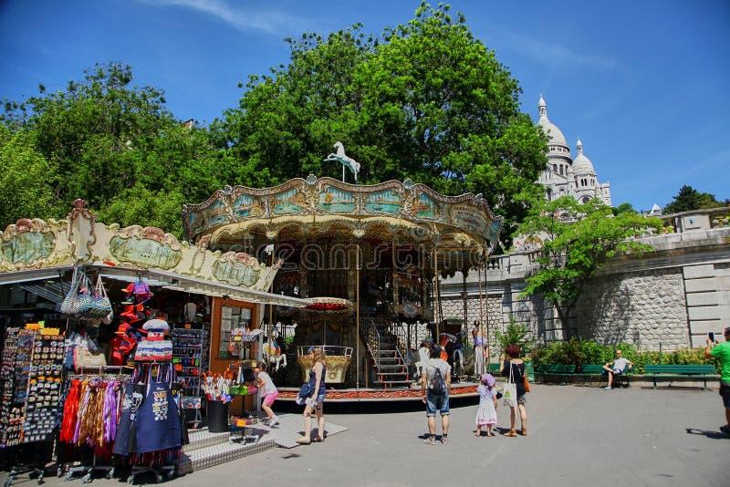 Paris Frankrike - Juni 28, 2015: souvenir shoppar och karusellen arkivfoton