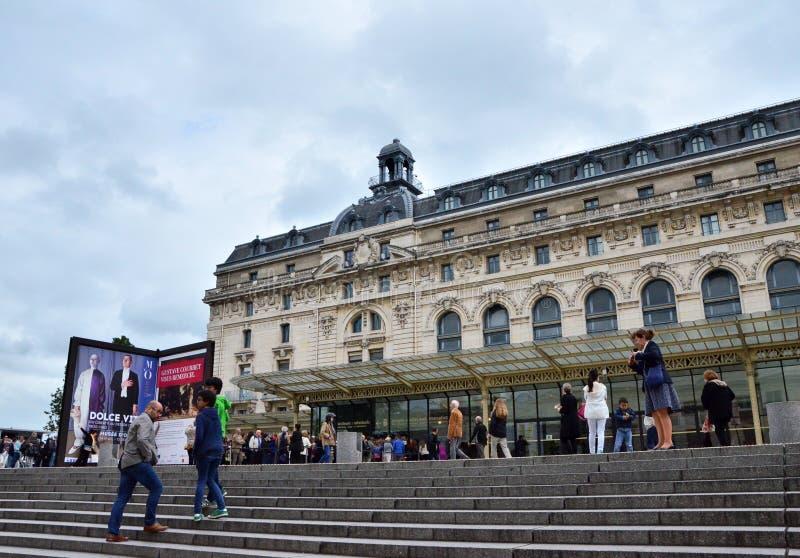 Paris Frankrike - Maj 14, 2015: Besökare på den huvudsakliga ingången till det Orsay modern konstmuseet i Paris royaltyfri foto