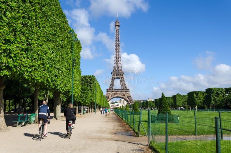 Paris Frankrike - Maj 15, 2015: Det parisiska folket besöker Champs de Mars, på foten av Eiffeltorn i Paris royaltyfri foto
