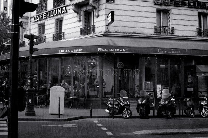 Paris Frankrike: Maj 27, 2015, en restaurang på gatan i Paris Svartvit bild royaltyfri fotografi