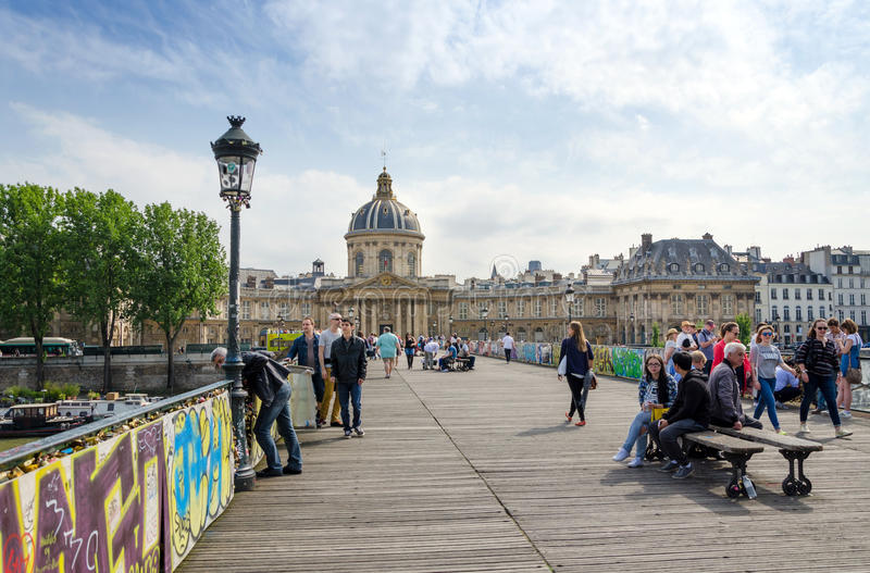 Paris Frankrike - Maj 13, 2015: Folkbesök Institut de France och Pontet des Arts arkivbilder