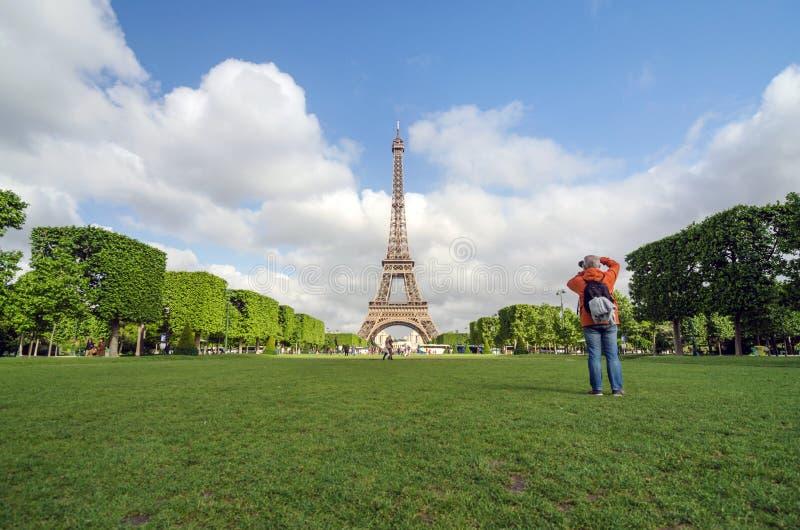 Paris Frankrike - Maj 15, 2015: Folket besöker Champs de Mars på foten av Eiffeltorn i Paris arkivbilder