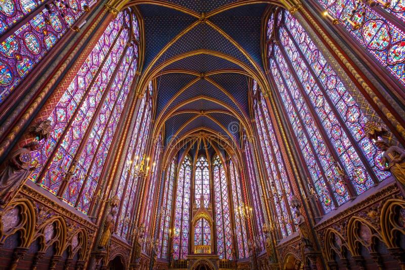 PARIS FRANKRIKE - MAJ 16, 2016: Inre av det berömda helgonet Chapelle Sainte Chapelle är en av den mest härliga gränsmärket royaltyfri fotografi