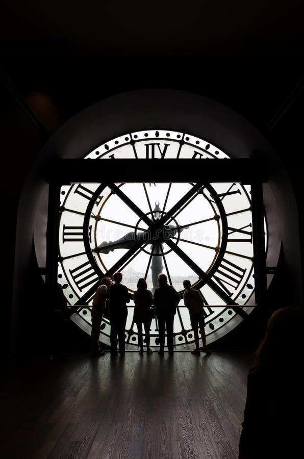 Paris Frankrike - Maj 14, 2015: Konturer av oidentifierade turister i museet D'Orsay arkivfoto