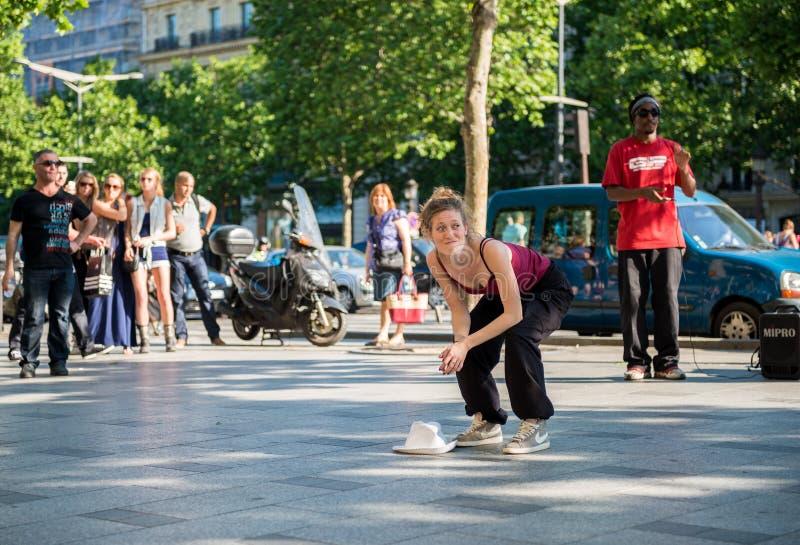 Paris Frankrike Maj 25, 2012: Modern kvinnadansaredans på gatan av Champs-Elysees, Frankrike stads- livsstil Höft-flygtur generat arkivfoton