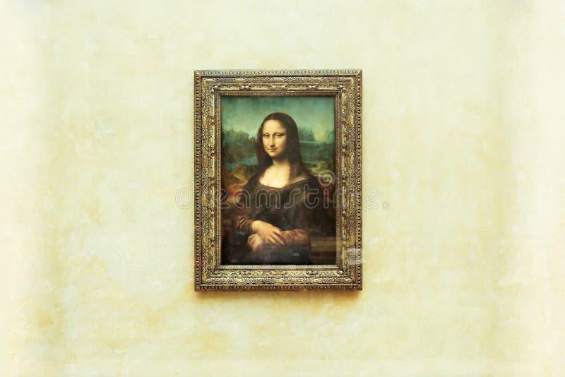 PARIS FRANKRIKE - MAJ 01, 2018: Mona Lisa La Joconde Leonardo da Vinci i vit väggbakgrund i Louvre royaltyfria bilder