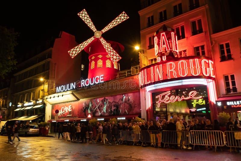 Paris Frankrike, 15 Maj 2019 - Moulin rouge är en berömd wildmill och kabaret som byggs i 1889 och att lokalisera i den röda Pari royaltyfria bilder