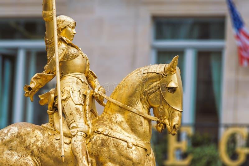Paris Frankrike - Maj 2, 2017: Närbildsidosikt som skjutas av gulden royaltyfria foton