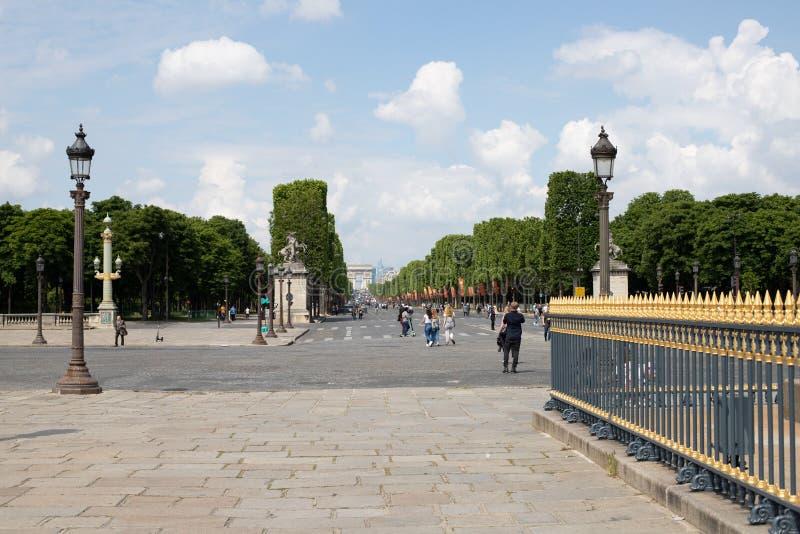 PARIS FRANKRIKE - MAJ 25, 2019: Sikt av Champset-Elysees i riktningen av den triumf- bågen Foto som tas från stället de la Concor arkivbilder