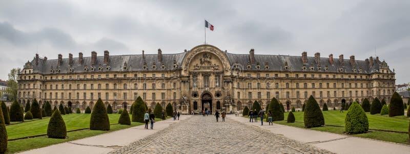Paris Frankrike - Maj 1st 2013 turister på hotelldesen Invalides royaltyfri bild
