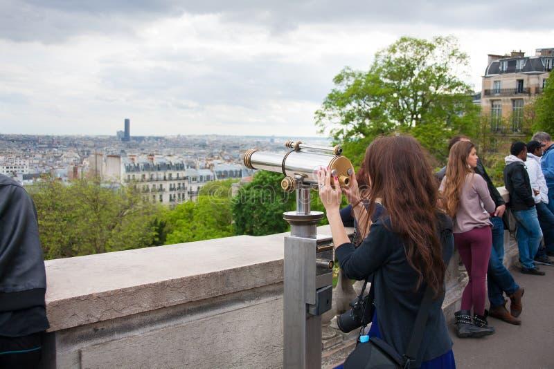 Paris Frankrike - Maj 13, 2013: Ung härlig kvinna på observationsdäck i Montparnasse byggnad i Paris, Frankrike arkivfoto