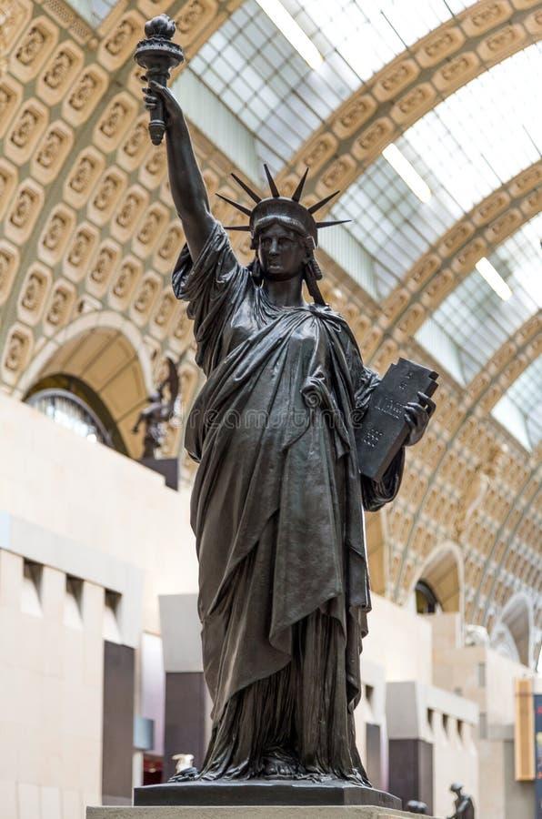 Paris Frankrike, mars 28 2017: En bronskopia av statyn av frihet av den franska skulptören Bartholdi står i Orsayen arkivbild