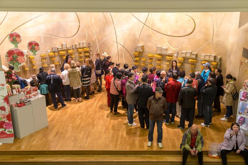 Paris Frankrike, mars 27 2017: Hall presentationsdoft av museet Fragonard shoppar med turister arkivbild