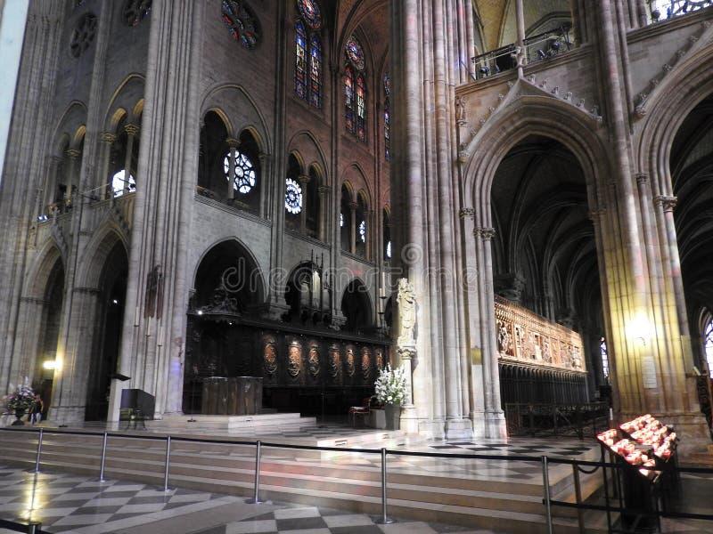 Paris Frankrike - mars 31, 2019: Inre av Notren Dame de Paris i Paris, Frankrike Domkyrkan av Notre Dame är en av royaltyfri foto