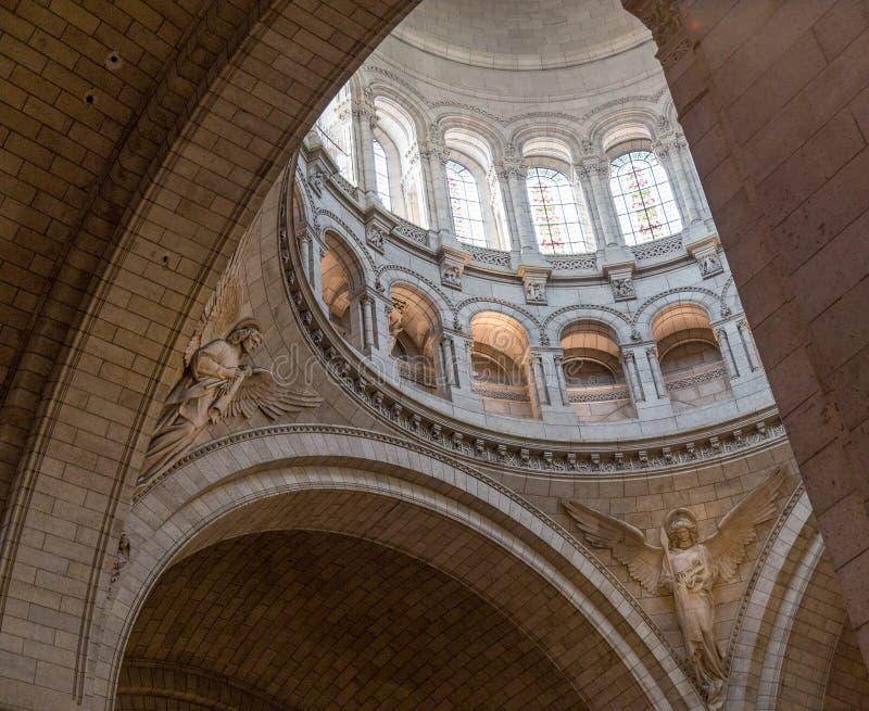 Paris Frankrike, mars 26, 2017: Inre av romaren - katolsk kyrka och minderårigbasilika Sacre-Coeur fotografering för bildbyråer
