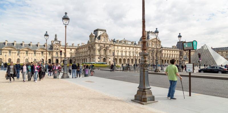 Paris Frankrike - mars 28, 2017: Louvremuseet i Paris på en härlig sommardag arkivbilder