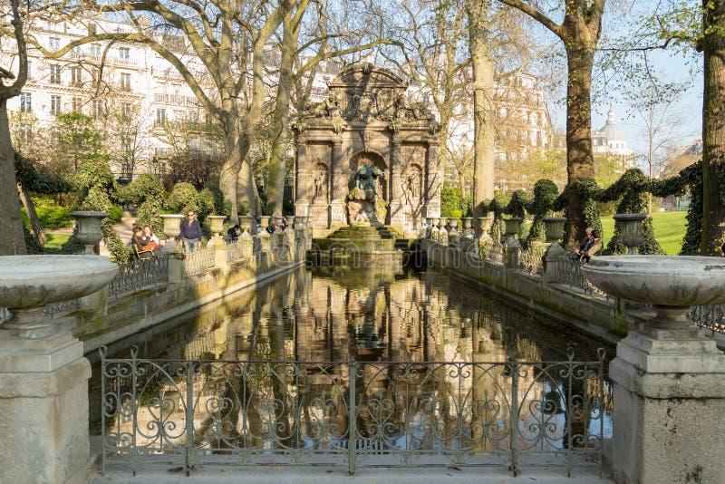 Paris Frankrike, mars 27 2017: Medici springbrunn i den Luxembourg trädgården Jardin du Luxembourg, Paris royaltyfri foto