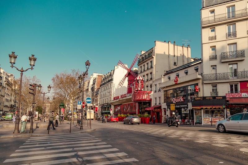 Paris Frankrike, mars 31 2017: Moulin rouge är en berömd kabaret som byggs i 1889 och att lokalisera i den Paris bordellkvarteret arkivfoto