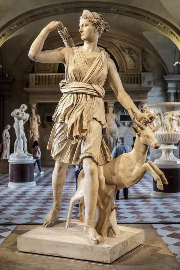 Paris Frankrike, mars 28 2017: Staty av Artemis i Louvre, Paris svart white Artemis - i gammalgrekiskamytologi royaltyfri foto