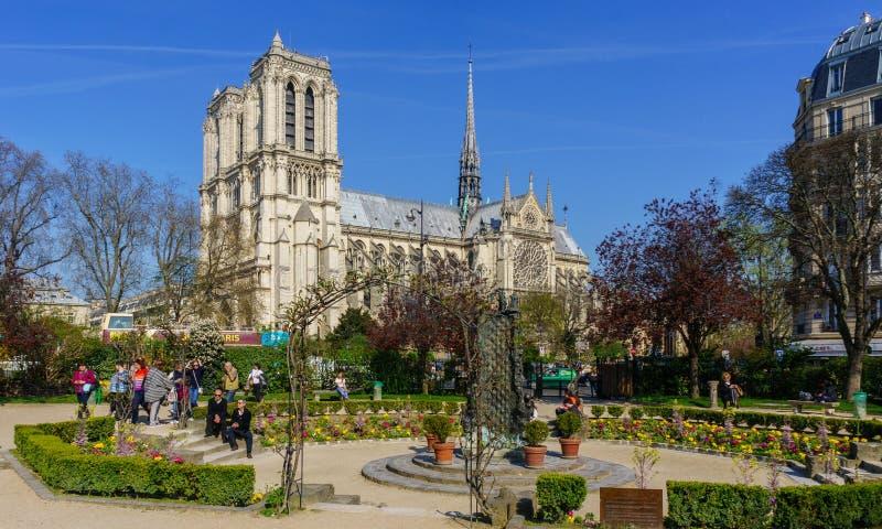 Paris Frankrike, mars 27 2017: Turister som besöker Cathedralen Notre Dame de Paris, är en mest berömd domkyrka 1163 - fotografering för bildbyråer