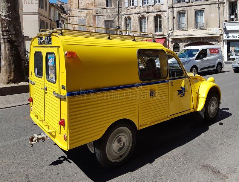 Paris Frankrike - marsch 29, 2017: Stämpeln för post för leveransen för billeveransskåpbilen av Citroen den 2cv guling-färgade fä arkivbild