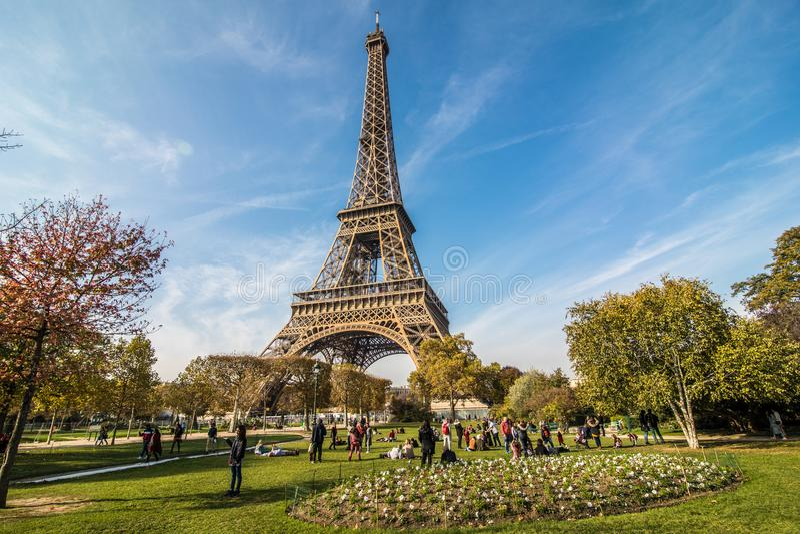 Paris Frankrike - November, 2017 dageiffel soligt torn Paris bästa turist- destinationer i Europa arkivbild