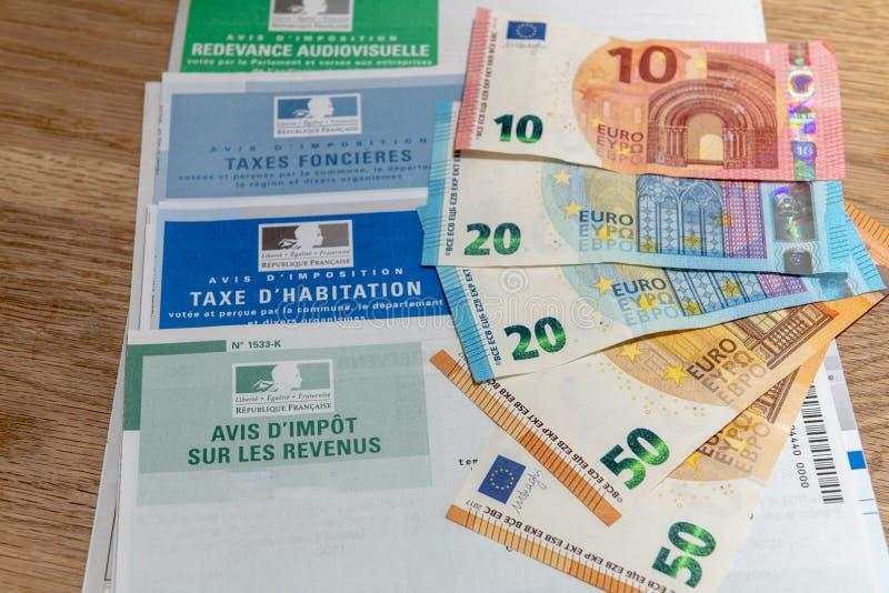 Paris Frankrike - November 18, 2016: Den olika franska skattreturen och sedlarna i euro royaltyfri fotografi