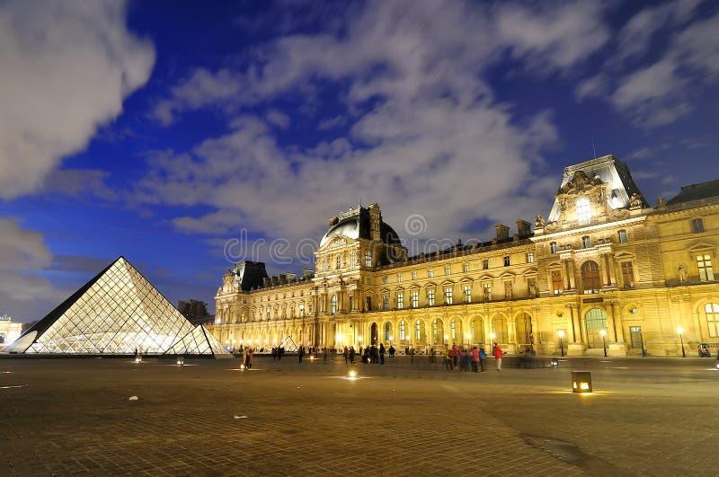 Paris Frankrike - Novwmber 10, 2017 Louvremuseum och pyramid på skymning arkivbilder