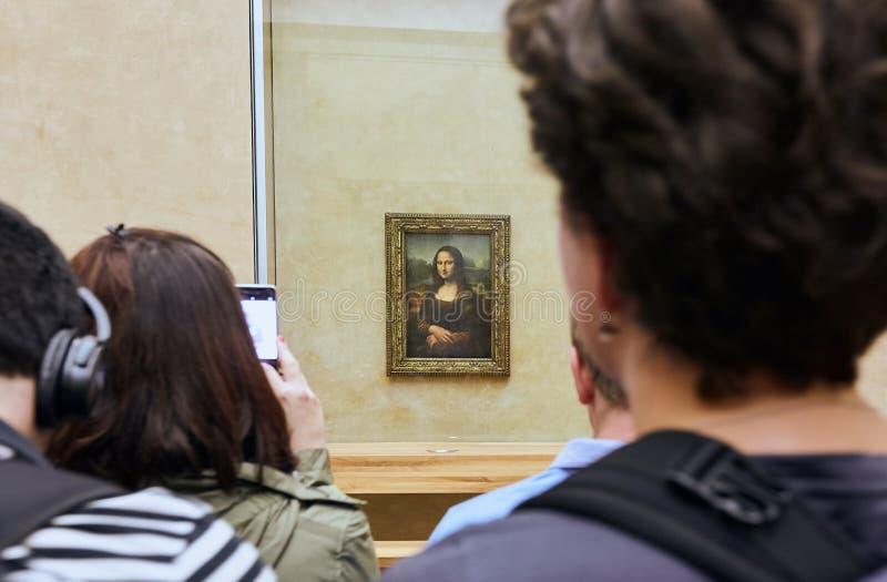 PARIS FRANKRIKE - Oktober 25, 2017: Besökare tar fotoet av Leonardos Da Vinci Mona Lisa på Louvremuseet arkivbilder