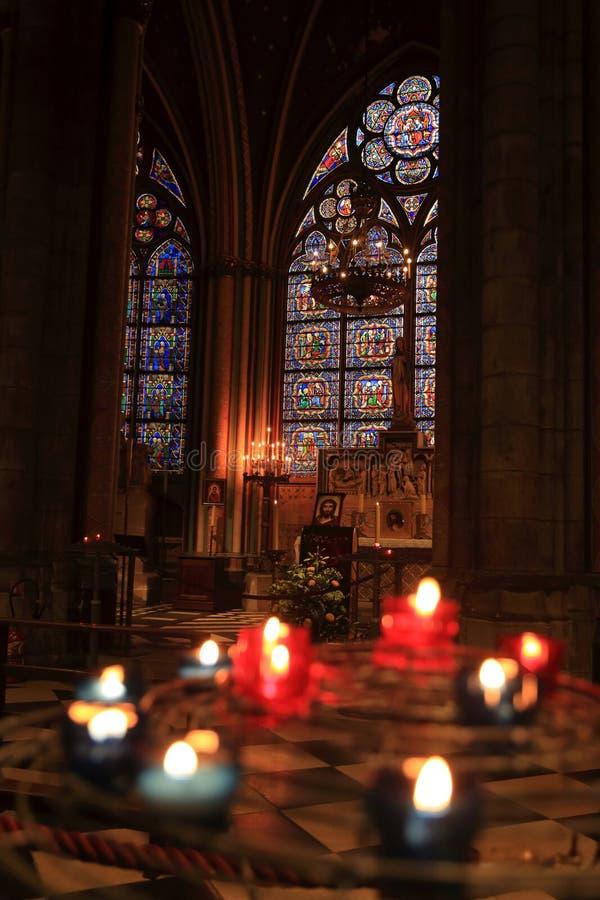 Paris Frankrike - Oktober 28, 2018: Inre av den Notre Dame de Paris domkyrkan Litet altare med suddiga erbjudande stearinljus på royaltyfria bilder