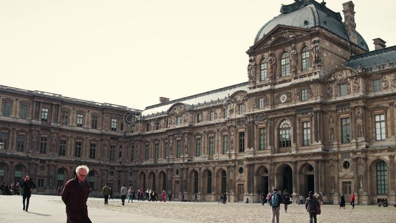 PARIS FRANKRIKE - OKTOBER 8, 2017 Turister går på fyrkanten nära Louvremuseet royaltyfria foton